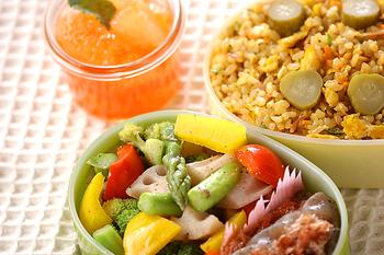 玄米は、チャーハンや丼物にするのもいいですね。彩りの美しい野菜などといっしょに炒めると、見た目も一気に華やかになりますし、カレーチャーハンなどにするのもおすすめ。白いご飯と同じようにメニューの幅が広げられます。