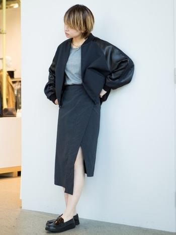 クラシックなスタイルのローファーは、トラッドスタイルには欠かせません!パンツはもちろん、スリットスカートにもよく合います。