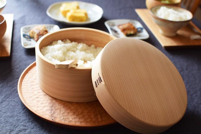 炊きたてのご飯をそのまま置いておくと水蒸気でべたべたになってしまいます。でも木製のおひつに移すと、粗熱がとれ、余分な水分を吸収してくれるのです。ご飯の味が締まってふっくらとした状態を保ってくれます。おひつのご飯は冷めても美味しいので、お弁当用のご飯もおひつに入れておくといいですよ。