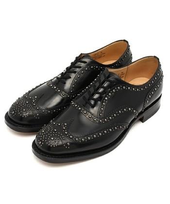 イギリス発の「Church's(チャーチ)」は1873年に創業されて以来、正統派の英国靴を作り続けています。「いつかは欲しい一足」としてあげられることも多い、憧れのブランドなんです。  つま先の革の切り替え、ウイングチップがかっこよくて目をひきます。