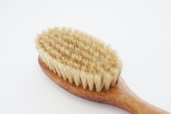 持ち手はブナの木を使用。質の良いブラシで毛艶もアップ。
