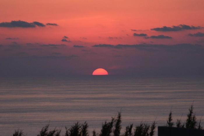 沈みゆく夕日を眺めて過ごすひとときは、何物にも代えがたい時間。夜になると、目の前に迫ってくるような満点の星空が、旅人たちを魅了します。時間をかけて足を運ぶのに値する、貴重な体験ができる離島です。