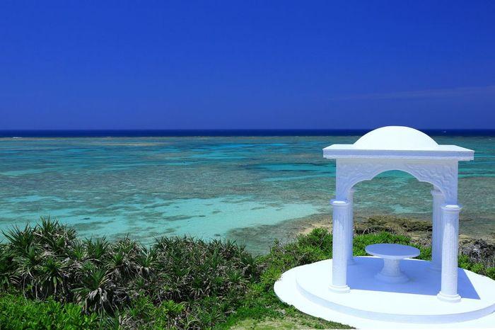 「東洋のガラパゴス」と称されることもある与論島。島内には、異国情緒う漂う白い建物が点在し、まるで地中海を思わせるような景観を作り出しています。