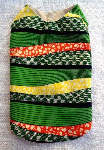 ちょっと差をつけたいあなたにおすすめ!マラウイの伝統的な布であるチテンジを使い、ハンドメイドで作られた一点もの。小型犬向け。