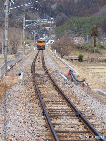 祖母島駅周辺は、美しい田園風景が広がっています。日本の原風景ともいえるのどかな農村地帯に佇む小さな駅に、列車が乗り入れる様はまるで絵のようです。