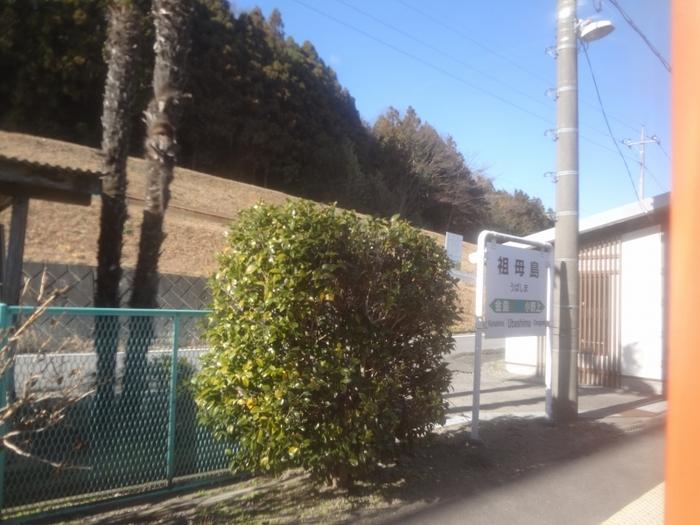 群馬県渋川駅と大前駅を結ぶ吾妻線沿線の祖母島駅は、1959年に開業された無人駅です。単式1面1線のホームには、昔ながらの案内看板と小さな待合室があり、どこか懐かしい雰囲気が漂っています。