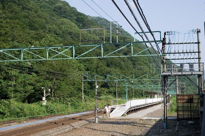 一見すると、ごく普通の1単1線のホームにみえる土合駅のホームですが、地上にあるのは高崎方面へ向かう上り線とそのホームのみです。