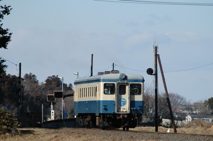 のどかな田園風景に囲まれた小さなホームにはディーゼル列車が乗り入れており、中根駅は85年前に開業されて以来、静かに時間を刻み続けています。