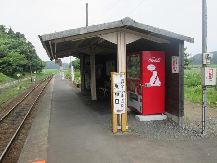 単式1面1線のホームには阿字ヶ浦駅方面、勝田駅方面へ向かう列車がどちらも乗り入れます。小さなホームにぽつんと佇む簡素な待合室は、中根駅が醸し出す不思議な魅力を引き立てています。
