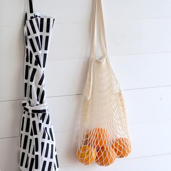 壁にフックなどを取り付けて、掛けておくのも良いですね。野菜やフルーツの下に紙を一枚引いて入れれば、土が床に落ちるのを防いでくれます。