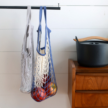 あみあみバッグは通気性が良いので、野菜やフルーツなどの保管にぴったり。こんなふうにいくつも棒に吊るしておくだけで、お洒落なインテリアのよう♪