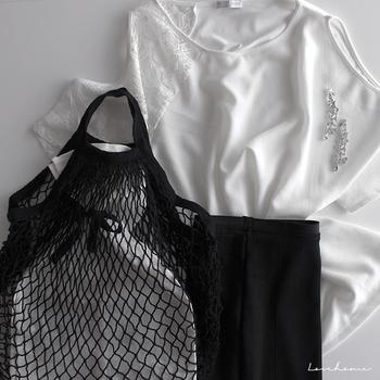 あみあみバッグの中にリボンを結んだインナーバッグを入れることで、エレガントな装いにも対応。かごバッグのような感覚でコーディネートすることができます。