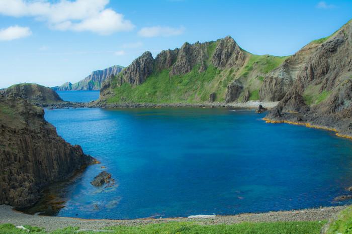 礼文島にある「澄海岬(すかいみさき)」は、鮮やかなコバルトブルーの海が広がるビーチ。表情豊かな海岸線の風景も楽しめます。