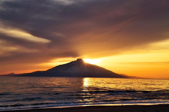 利尻島のシンボルとなっているのが、「利尻岳」です。その稜線の美しさから「利尻富士」とも呼ばれています。北の最果ての地にふさわしい、神々しい姿をぜひご覧ください。