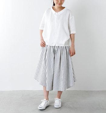 ボリューミーなシルエットが美しいハカマパンツは、ふんわりとしていてまるでスカートのように着こなせます。長すぎない丈なので、動きやすく足にまとわりつくこともありません。