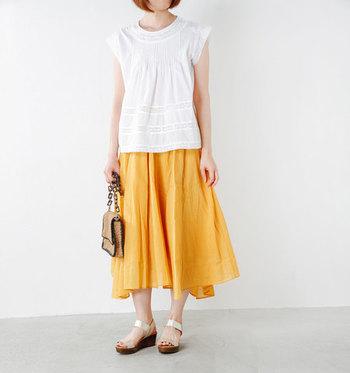 ヌキテパのふんわりとしたエアリーロングスカートは明るいカラーを選ぶと、夏らしい元気いっぱいの雰囲気があらわせます。