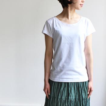 空気をたっぷりとはらんだスカートは足元から涼しいので、これからの季節には重宝します。ナチュラルテイストのグリーンがとてもきれいですね。