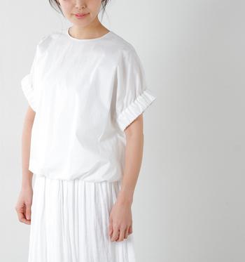 清々しい潔さを感じる夏の白コーデ。全身真っ白なコーデは素敵だけれど、ちょっぴり上級者向けのコーデでバランスよく仕上げるのは難しいものですよね。そんなとき、ベースの白に色味をプラスしてあげると、お洒落コーデが簡単に出来上がります。
