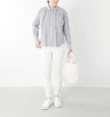 ドミンゴのストレッチパンツは体のラインがきれいに出るので、すっきりとした雰囲気に仕上げることができます。爽やかなストライプのシャツを合わせるときちんと感がアップします。