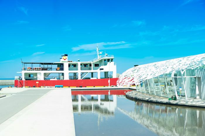 「男木島(おぎじま)」は、瀬戸内海に浮かぶ離島です。港には前衛的なデザインの交流館が立ち、訪れる人々を迎えます。