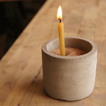 ■灯りで時を計る 1本で2時間灯るタイプの蝋燭を使えば、時間の経過を実感できます。石砂に蝋燭を立てるタイプの燭台と組み合わせれば、安全&便利です。