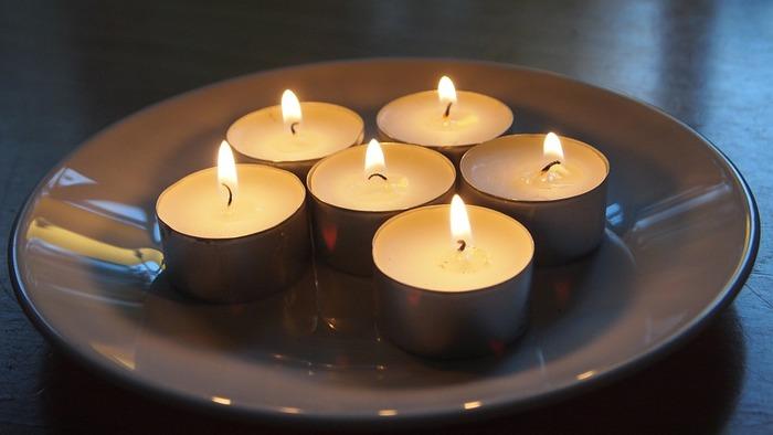 ■複数をまとめて灯す ベーシックなタイプのキャンドルは、まとめてお皿などに置けば、スタイリッシュなインテリアに早変わり。1つの灯りとは全然違う表情を見せてくれます。 キャンドルはシンプルなデザインのものほど、おしゃれ感が増しますよ。