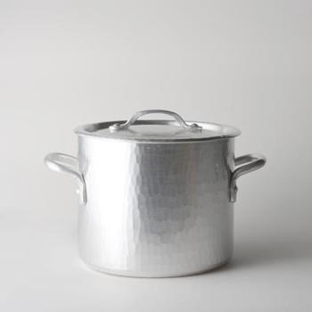 ≪アルミ寸胴鍋 18cm≫ カレーや煮込み料理などに便利な寸胴鍋。熱伝導率の良さを生かして、おうどんやパスタを茹でる時にも活躍してくれます。寸胴はちょっと大き目を選ぶと、吹きこぼれや煮込み料理の飛び跳ねを防げて、キッチンのお掃除が楽になりますよ♪