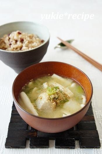 忙しい朝でも、アルミ鍋で具だくさんのお味噌汁をサッと作りましょう。里芋はちょっと小さくカットする事で、より早く出来上がります。