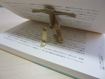 本を支える姿が愛らしい人型モチーフのしおり。細い紐や薄いしおりでは、本をめくる時にしおりが負けてしまう事ってありませんか?また、お気に入りのしおりに折れ線を付けたくない…そんな方にもピッタリです。たくましく支えてくれそう!