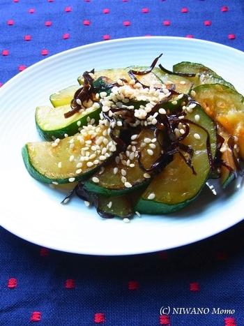 塩昆布とごま油で味付けした和風のおかず。炒めて和えるだけのシンプルな料理だからこそ、ズッキーニの美味しさを存分に味わえます。