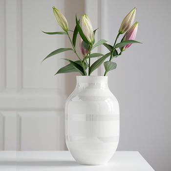 また、花瓶が汚れているとその分雑菌が繁殖する原因になるので、花瓶の内側も洗剤で洗って清潔に保つようにしましょう。時間が無いときは、水ですすぐだけでも構いません。