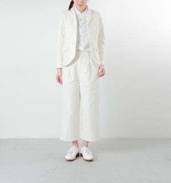 ジャケットもパンツもシャツも真っ白。特別なおでかけのときに、普段とはちょっぴり違うコーデを楽しみたいと思ったら、こんな大人のお洒落な真っ白スタイルが素敵です。