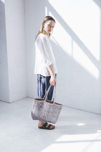 素足にサンダルを合わせ、ぐっと軽くアレンジしたラフなスタイルです。ニュートラルな色味のパンツはバッグや靴とも合わせやすいですね。