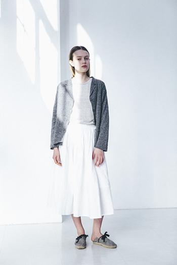 グレーの上着とリボンのついたスリッポンのカラーコーデが可愛いですね。白の分量が多いときは、二か所に同じカラーを使うと全体のまとまり感がアップします。