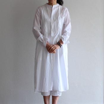 イタリアンコットンの風合いがやさしいシャツドレスです。襟が詰まっているので、端正な表情に見えますね。ラフに袖をまくったり、羽織風に着たりとさまざまなアレンジができるホワイトシャツドレス。一枚あると便利です。