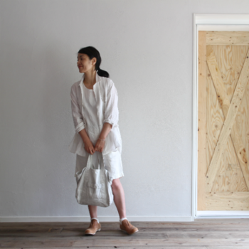 リラックスモードにも全身真っ白コーデはおすすめです。素材の違う白を重ねることで、立体感のある装いが完成します。