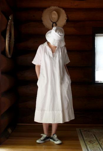 シャンブレー織りの軽やかなリネンワンピに白いハットを合わせて、涼し気な夏のコーデが出来上がりました。足元のスニーカーがアクティブな印象を作り出しています。