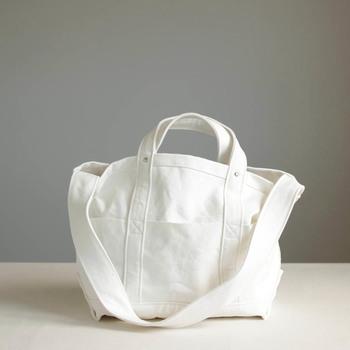 細部にまでこだわりが光るYAECAのツールバッグは、通勤、通学、お買い物、夏のレジャーにと、デイリーユースに使えるところがとっても魅力的!使って行くうちに、自分だけのMyバッグへと変化する…。そんなツールバッグの魅力に迫ります。