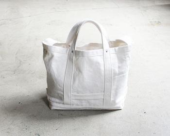 所々にYAECAのこだわりが感じられるツールバッグ。特に、女性はバッグの中にあれこれ入れてお出かけしたいもの。今回、ご紹介したツールバッグなら、そんな願いも叶えられますね!トートバッグとして持ったり、疲れたら斜め掛けにしたりと2WAYで使えることろも嬉しいポイント。みなさんも、YAECAのツールバッグをお気に入りのアイテムに加えてみませんか♪
