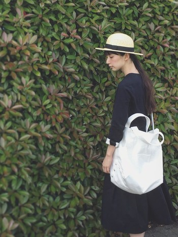 ワンピースのコーデにバッグでアクセントを!ピクニックやアウトドア、野外フェスなどのお出かけにも、ツールバッグはとっても便利です。