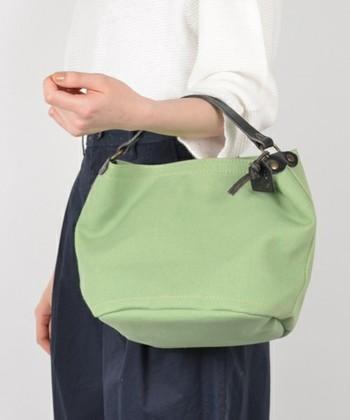 持ち手部分がレザーなので、上品なイメージの小ぶりのバッグです。 シンプルなカラー、使いやすい素材とバランスのいいサイズ感がうれしいですね。