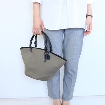 軽くて丈夫なキャンバス素材、コロンんとしたシルエットが可愛いザンジバルバッグ。 ジップ付きなのがうれしいですね。