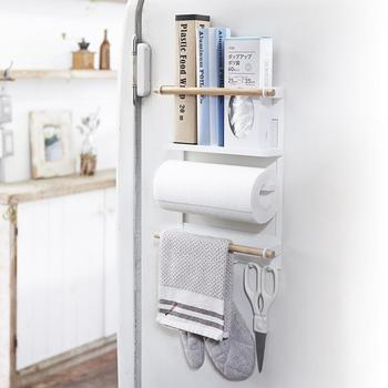 つい置き場所に困るキッチン小物の数々を、マグネット仕様のサイドラックで、冷蔵庫などに取り付けて収納できる便利なアイテム。マグネットが強力なので、耐荷重は4kgもあり、多少重いアイテムでも安心して収納が可能です。