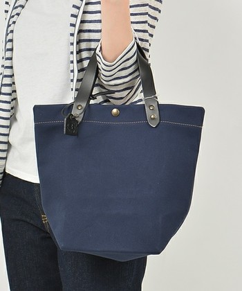 丈夫な生地とレザーの持ち手、程よいハリ感が、カジュアルな中にもきちんと感がある大きめトートバッグ。