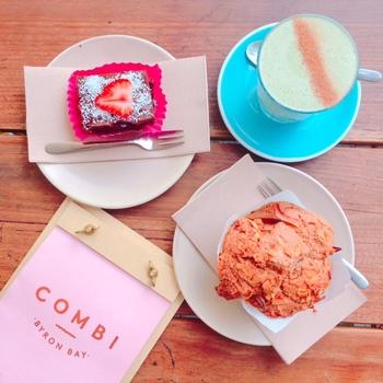メルボルン発祥のカフェ「COMBI」のバイロンベイ店はタウンの中心にあります。  バリスタが煎れる種類豊富なコーヒー、 動物性の物を一切使用しないロウフード・ロウケーキが味わえるのも特徴。