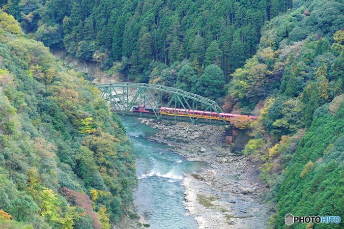 【「嵐山-高雄パークウェイ内の「保津峡展望台」からの保津峡の眺め。鉄橋を渡るのは、トロッコ列車。】