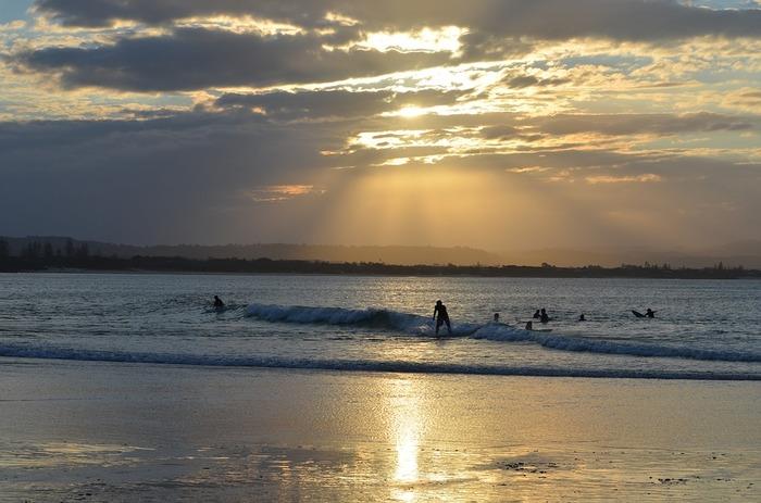 海に沈むため息ものの夕日を見られるのもバイロンベイならでは。  ビーチから見るのもいいけれど、海の中から見るとまた一味違った感動が待っています。