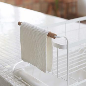 まな板も立てて乾かせる他、持ち手には布もかけることができるので、とても衛生的で見た目もホワイトと木目のシンプルでいながら清潔感あふれる佇まいが、キッチン全体を明るくさわやかに演出してくれます。