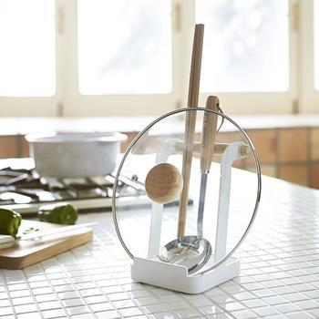 調理中に置き場所が困る菜箸やお玉、鍋ふたなどを立てておける「お玉&鍋ふたスタンド」は、食卓でお鍋の際にも大活躍してくれます。
