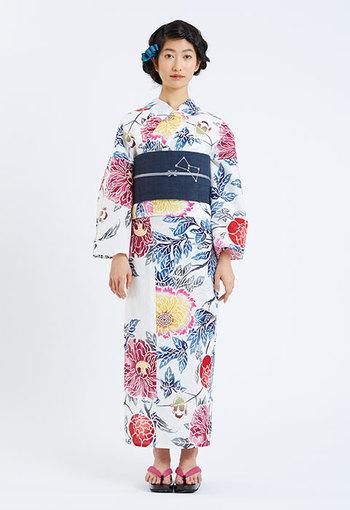 花鳥風月をモチーフにしたレトロな柄に、麻素材の濃紺の帯が大人かわいさを演出してくれます。帯に描かれたオリオン座が素敵です。